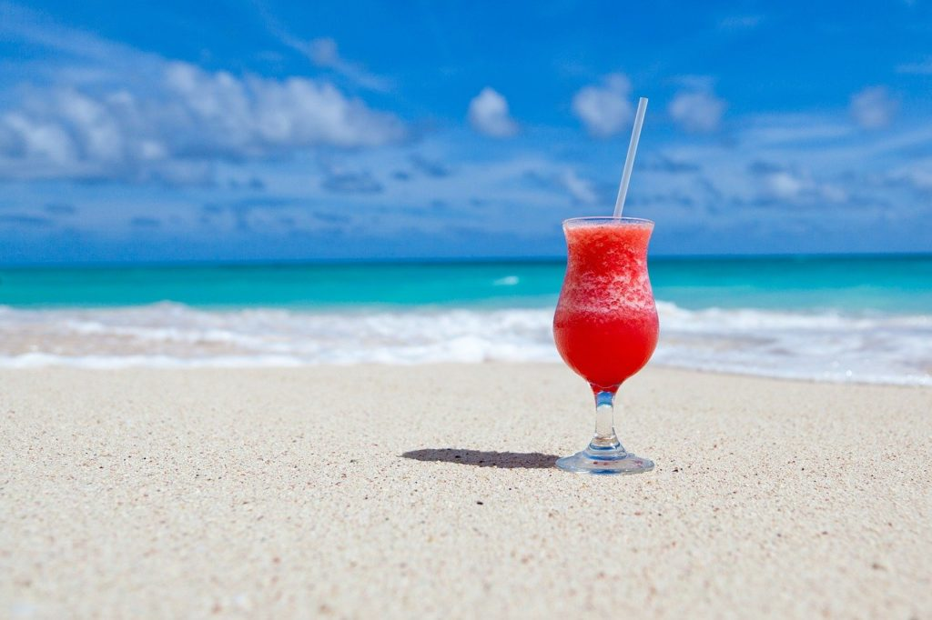 砂浜に置いたカクテル画像