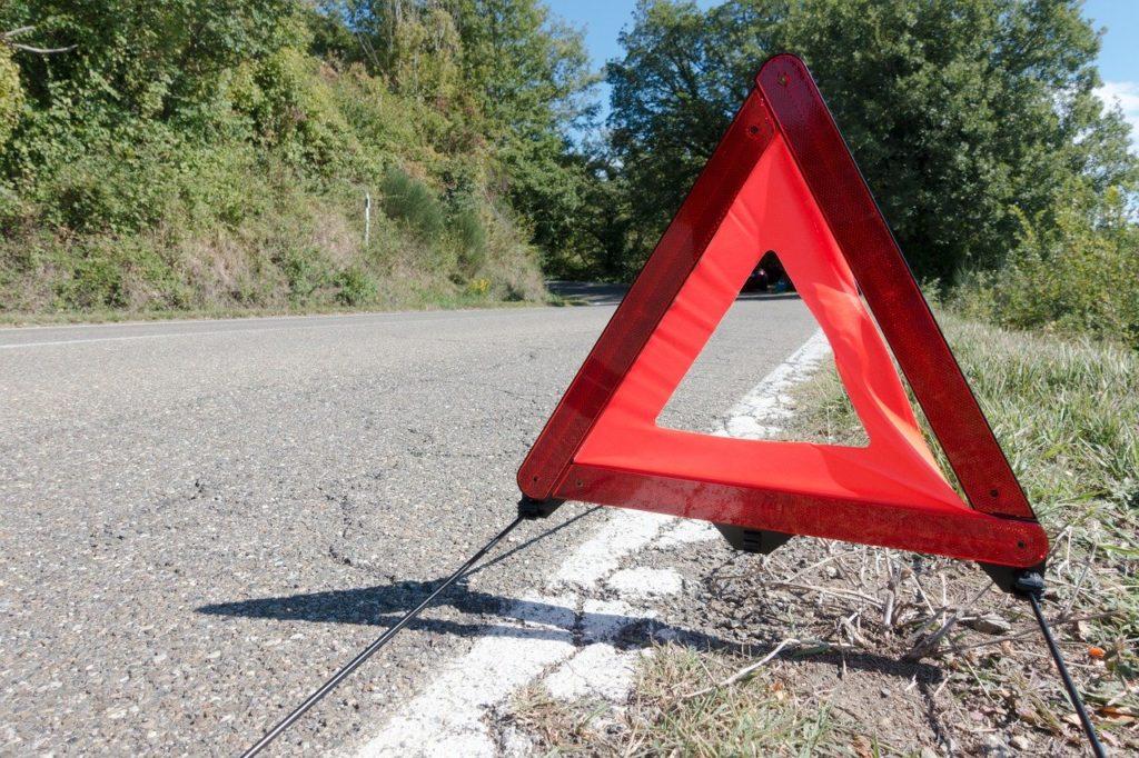 停止表示板を路上に設置した写真