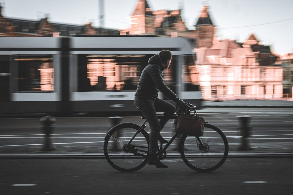 自転車で通勤する男性の写真