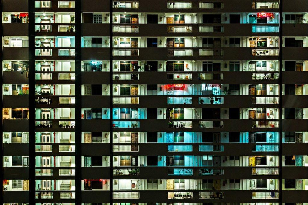 夜の集合住宅の外観