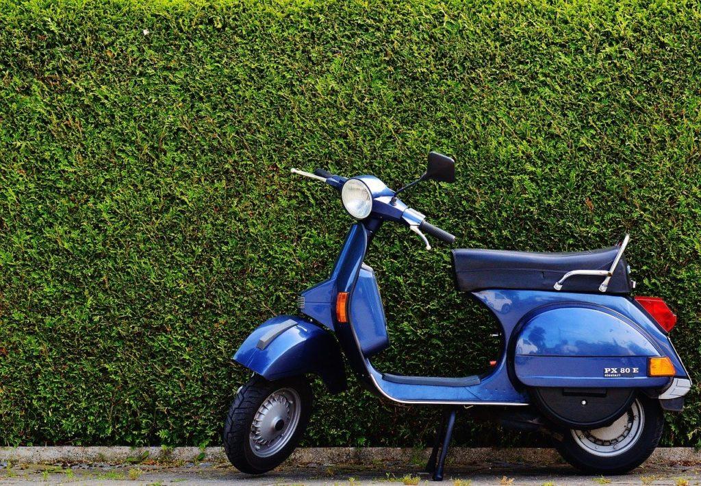 青いスクーター画像