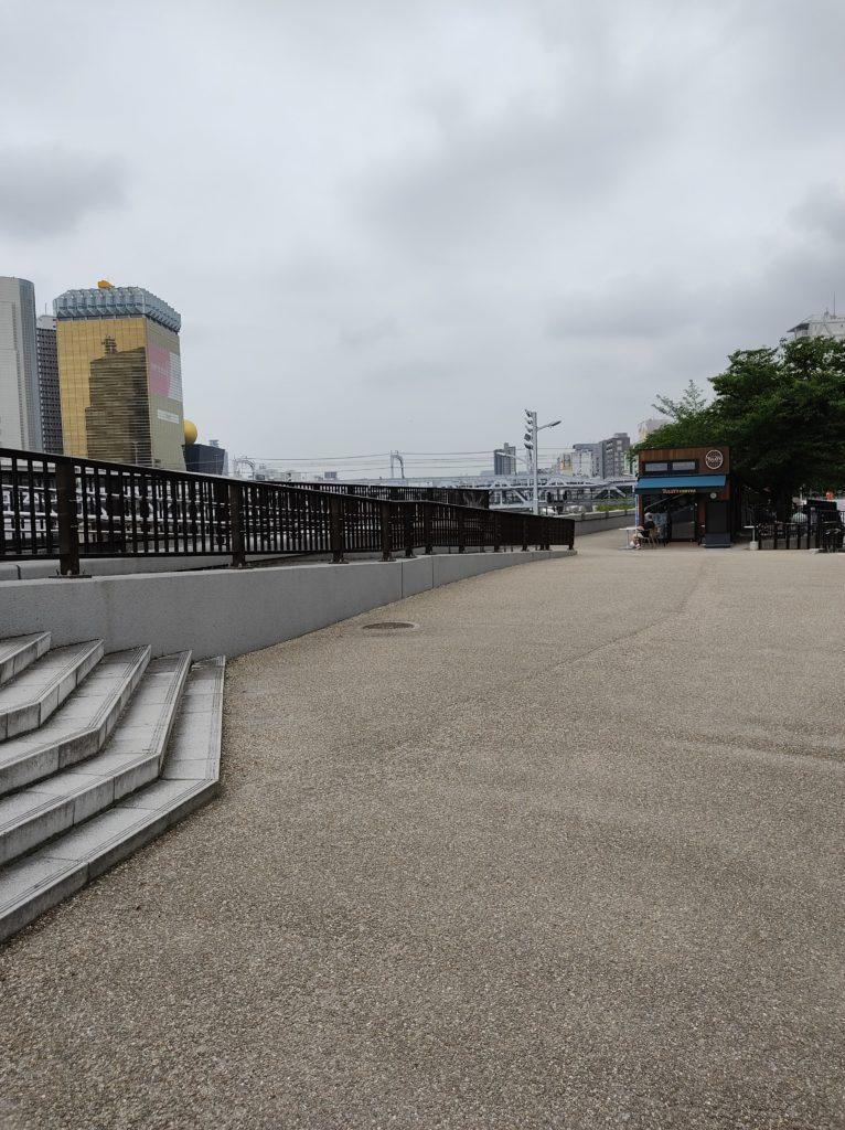 隅田公園内。奥にタリーズコーヒーがある。