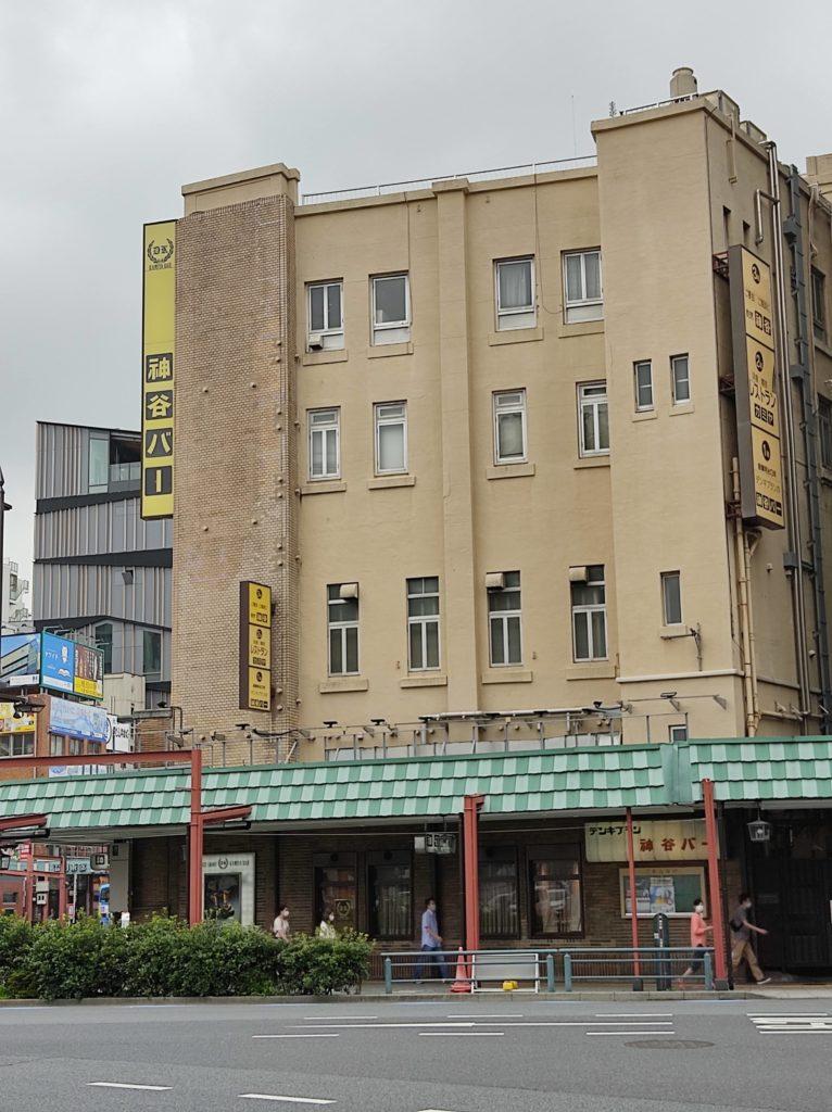 神谷バーの外観。4階建てのビルに黄色の看板。