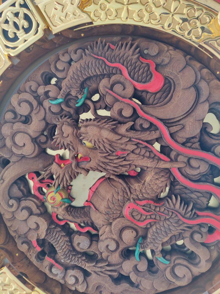 雷門提灯の下の龍の木彫り。