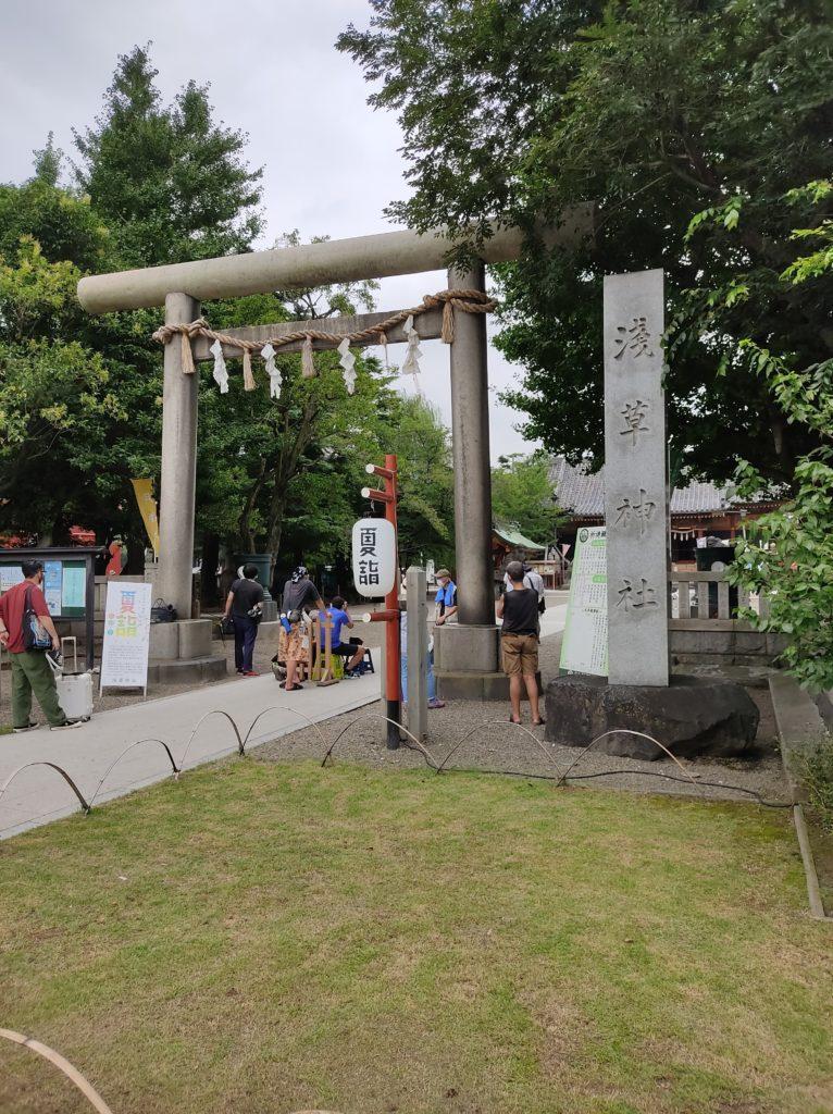 浅草神社鳥居。なにかの撮影中で入れない。
