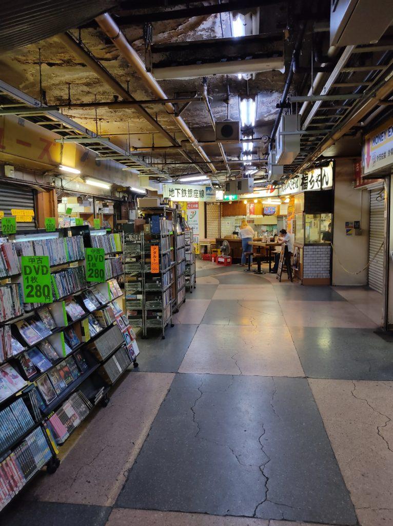 浅草地下街の様子。奥に有名な焼きそば店の「福ちゃん」が見える。