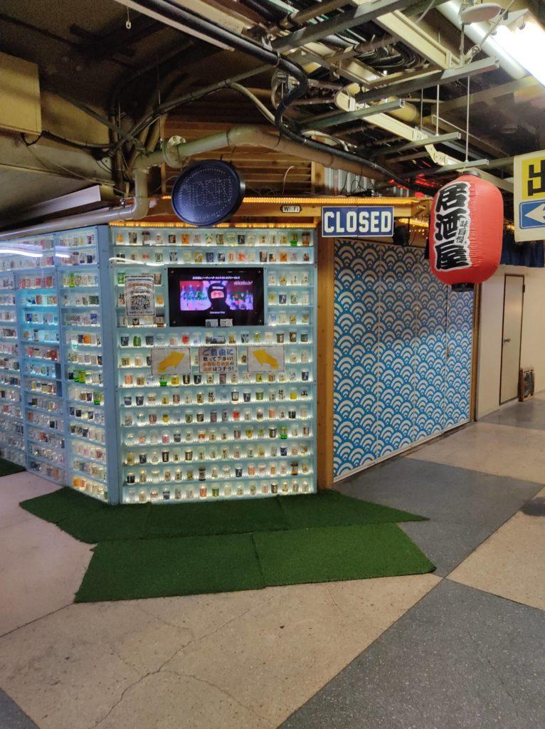 カップ酒中心のバー「NINJABAR(忍者場)」。多種のカップ酒が店頭に飾ってある。