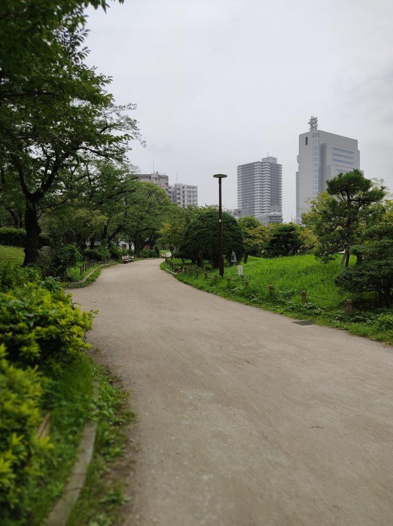 隅田公園内の様子。緑が美しい。