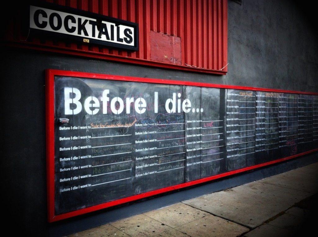死ぬ前にしたいことが書かれた大きい黒板