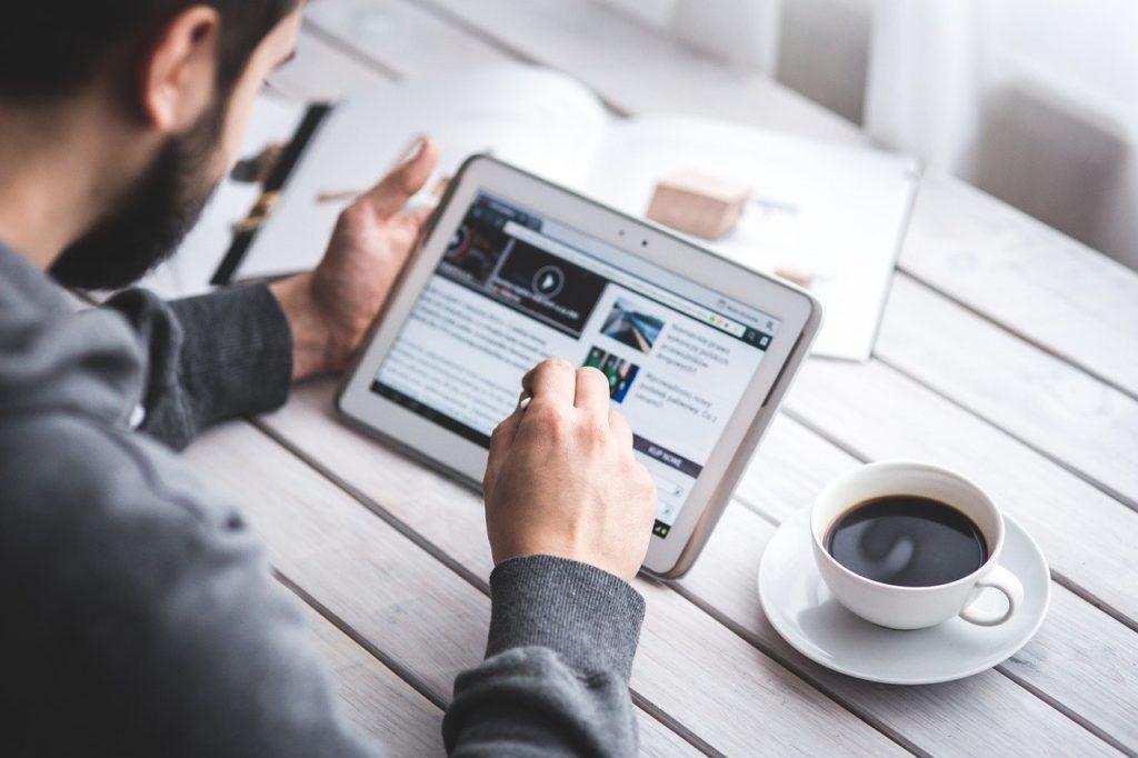 タブレットでブログを読むイメージ画像。