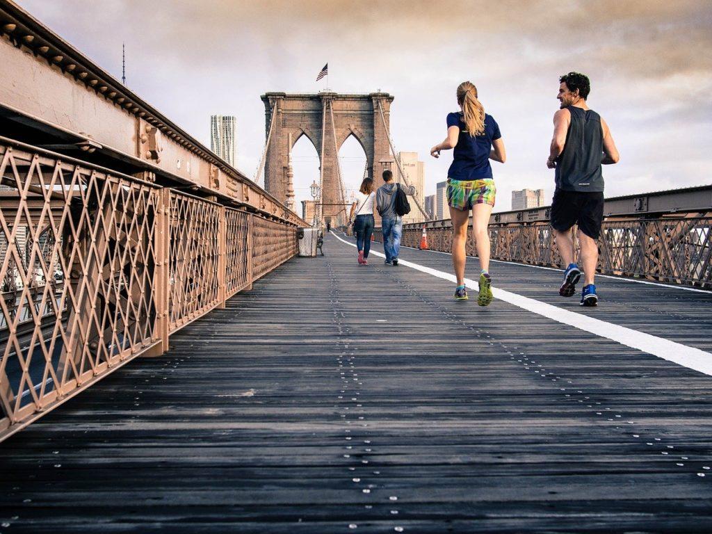 男女が橋の上をランニングしている