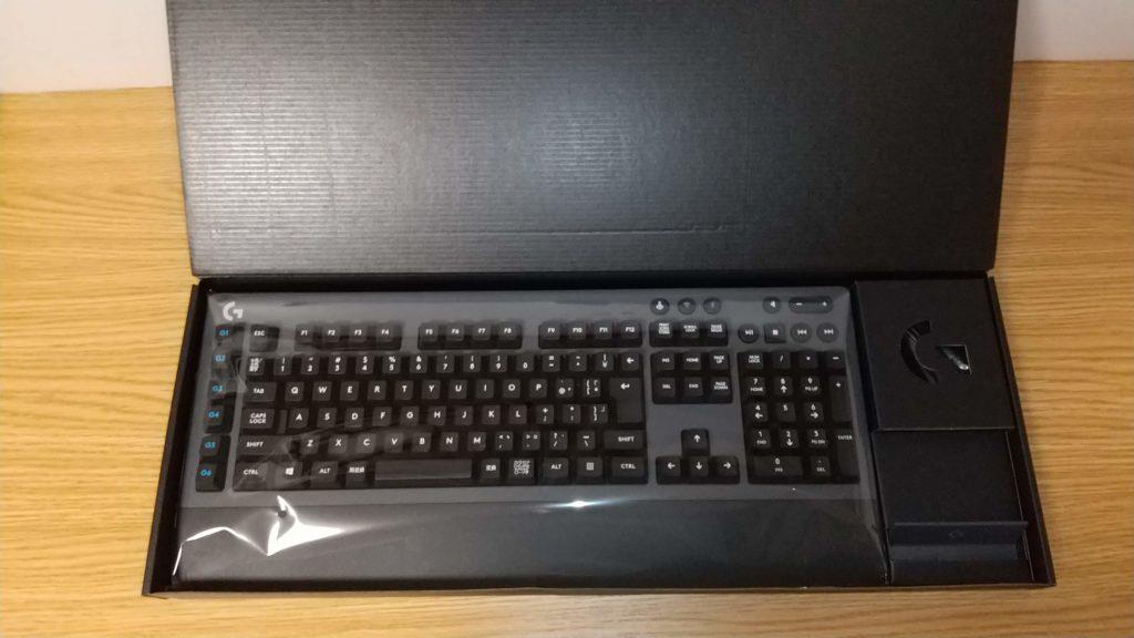ロジクールメカニカルキーボードG613のパッケージを開けたところ。
