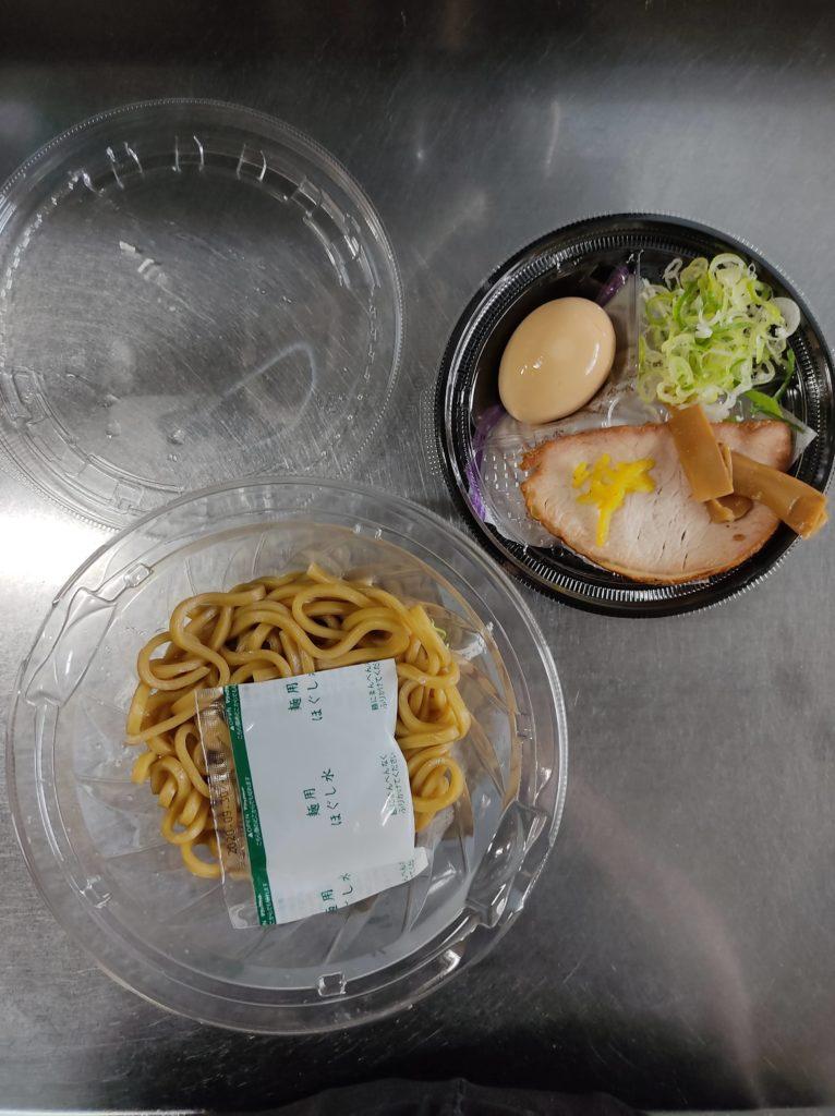 セブンイレブン「中華蕎麦とみ田」つけ麺の具材と麺。