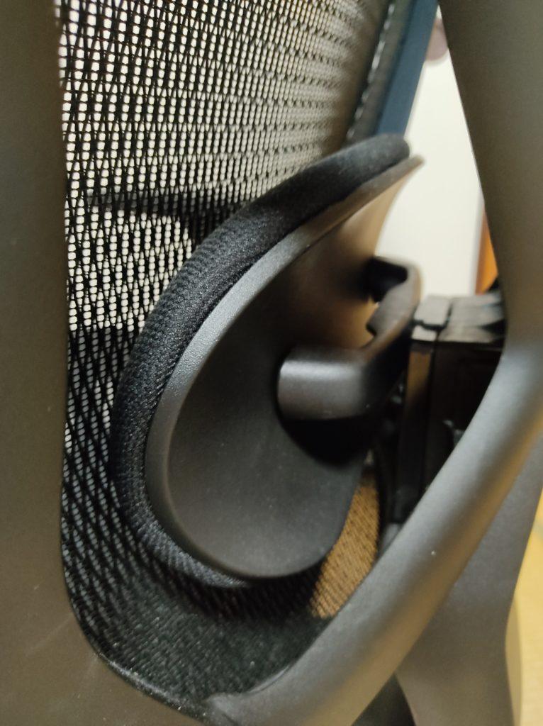 ニトリのワークチェア(フォリスト BK)のランバーサポート。