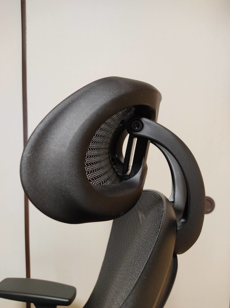 ニトリのワークチェア(フォリスト BK)のヘッドレスト。
