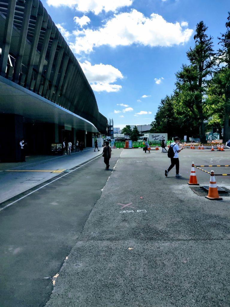 JR上野駅公園口前の歩道。