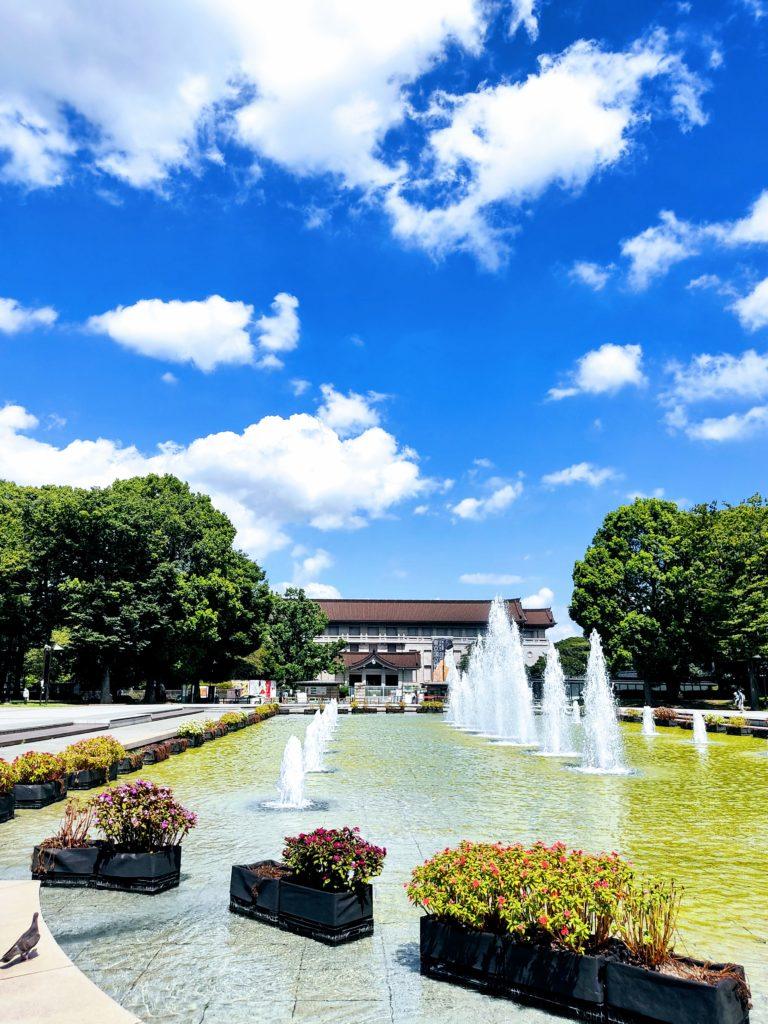 噴水と東京国立博物館。