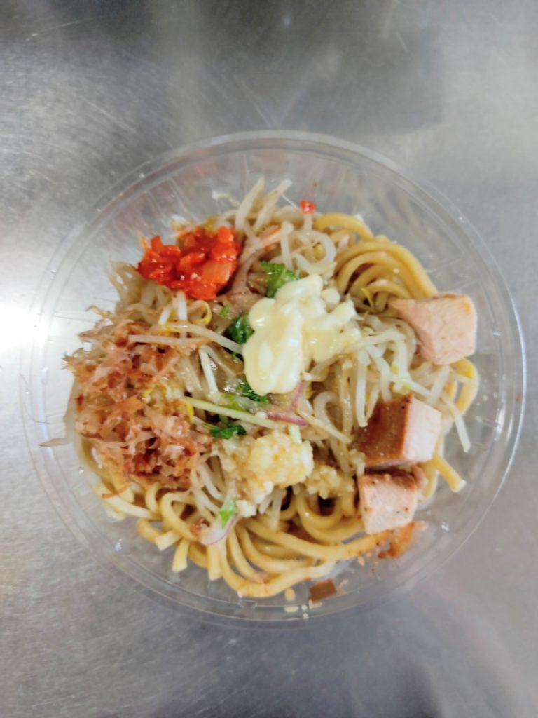 【セブンイレブン】の「中華蕎麦とみ田監修 冷し豚中華」に具材を載せた写真。