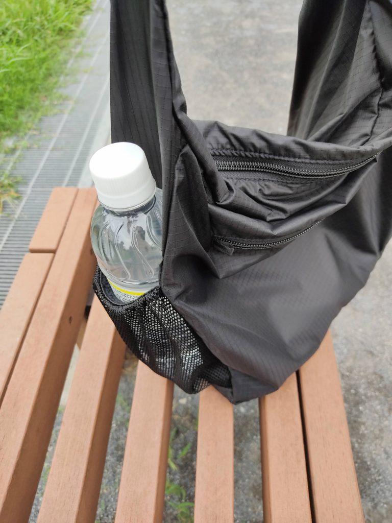 『ポケッタブルライトショルダー』右サイドのメッシュポケット。