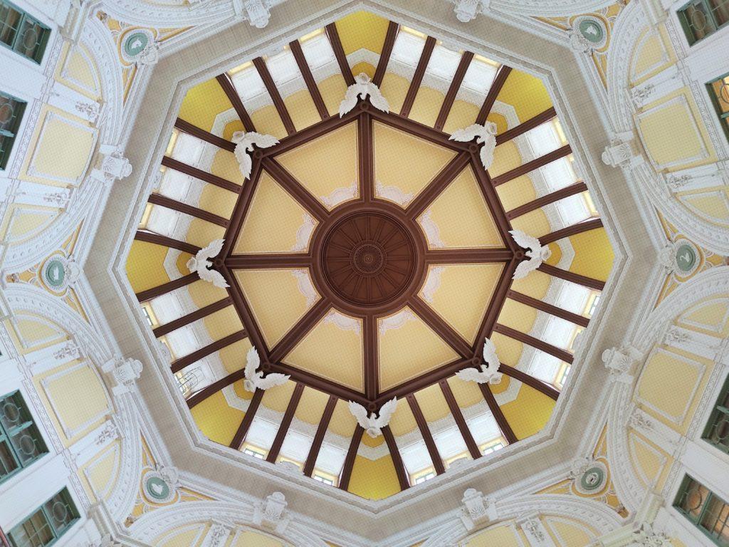 ドーム内側、創建時の意匠に復原された鷲のレリーフと8つの干支の彫刻。
