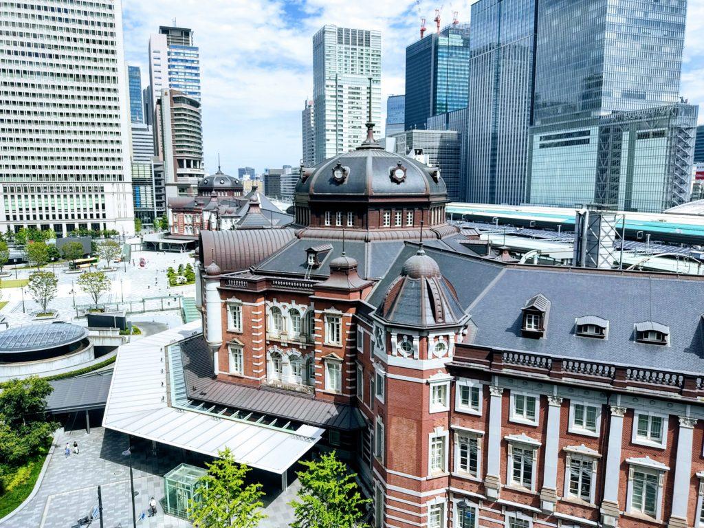 屋上庭園から東京駅丸の内駅舎を見下ろした写真。
