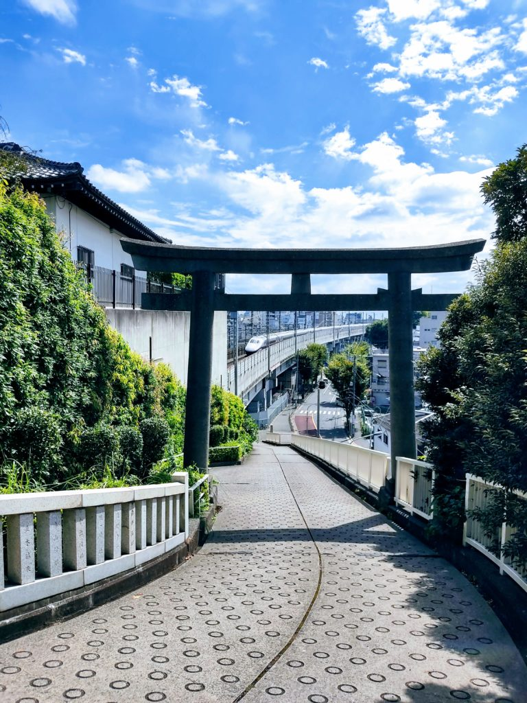 裏参道の鳥居と新幹線。