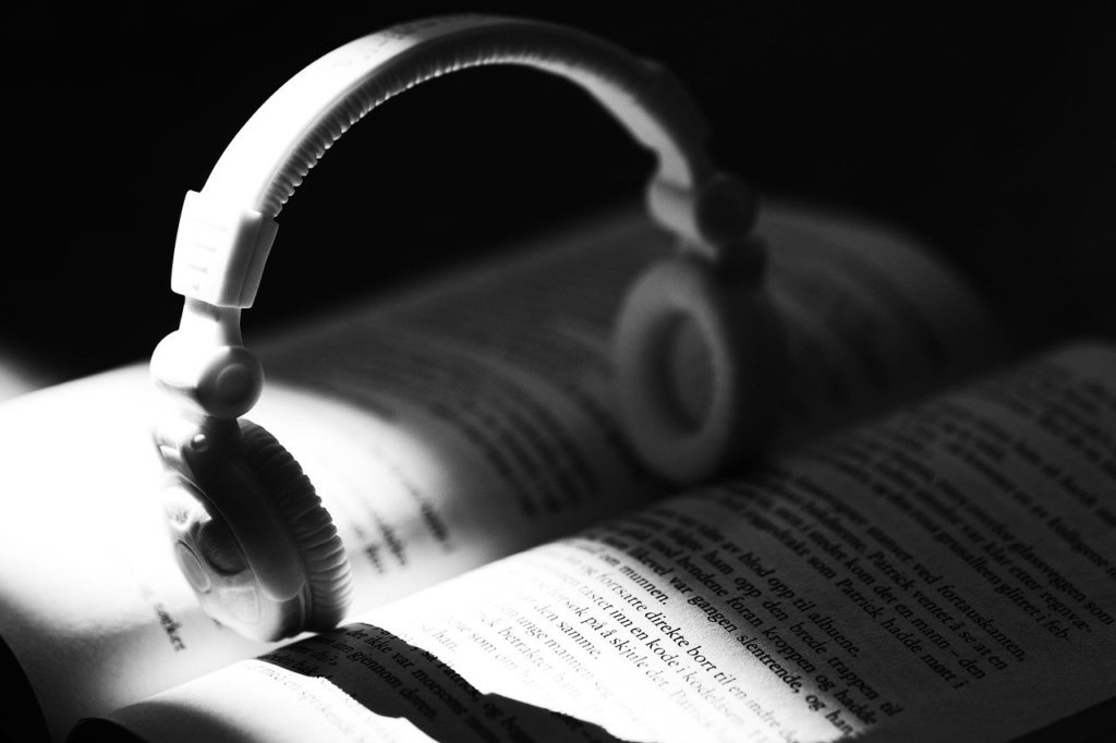 開いた本とヘッドフォンの画像。