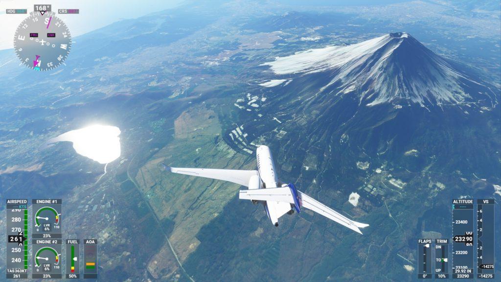 「Microsoft Flight Simulator 2020」で富士山上空を飛行しているところ。