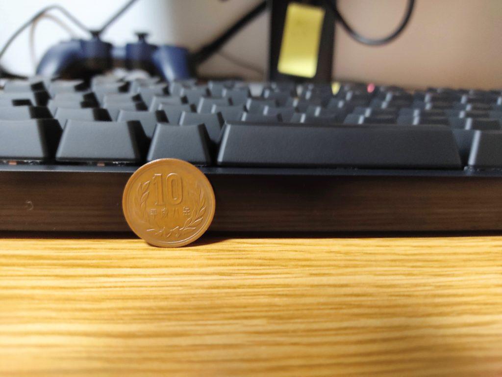 ロジクールGのゲーミングキーボード「PRO X」を横から見たところ。