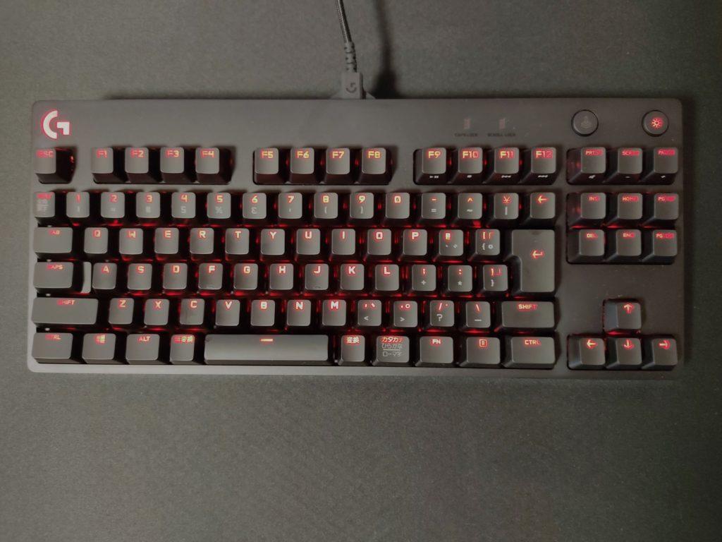 ロジクールGのゲーミングキーボード「PRO X」使用中のイメージ。
