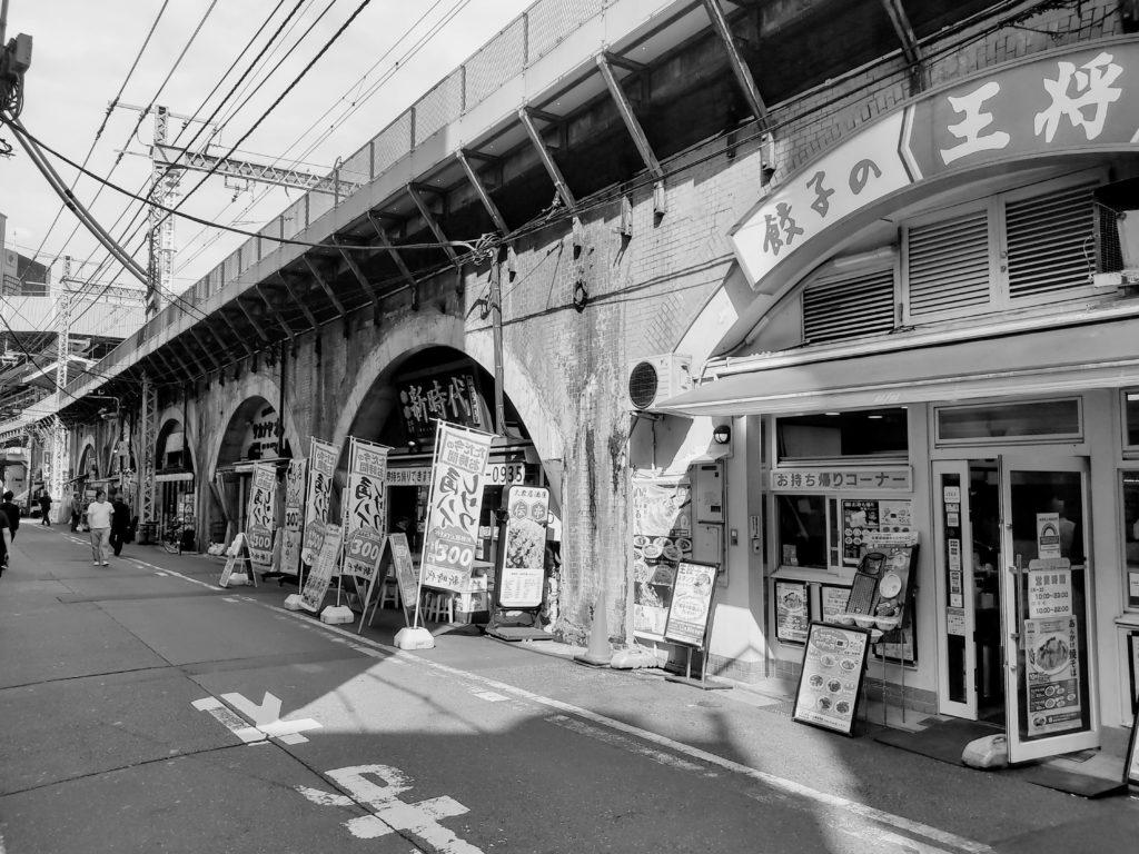 新橋駅周辺のガード下。
