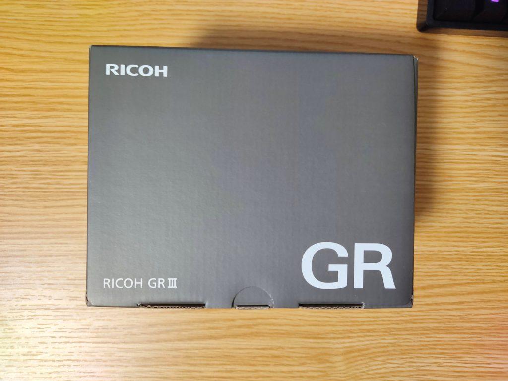 「RICOH GRⅢ」の化粧箱上面。