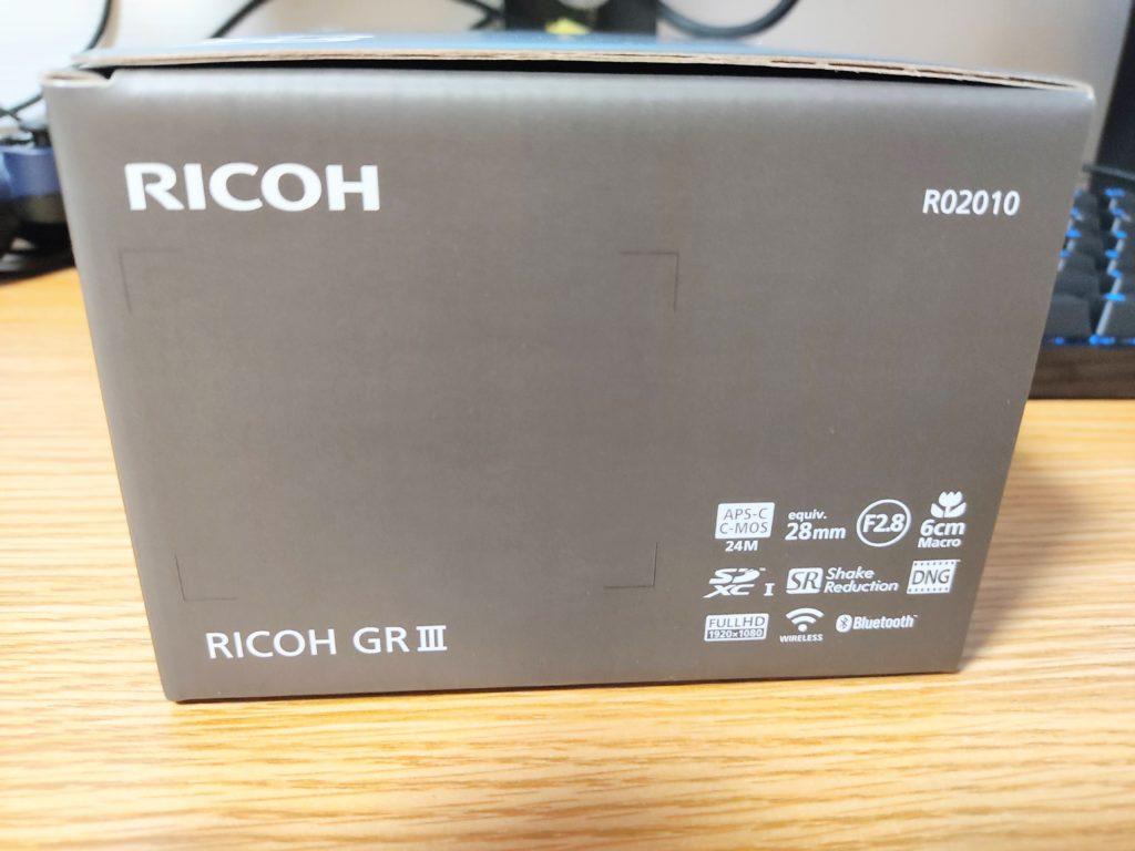 「RICOH GRⅢ」の化粧箱側面。