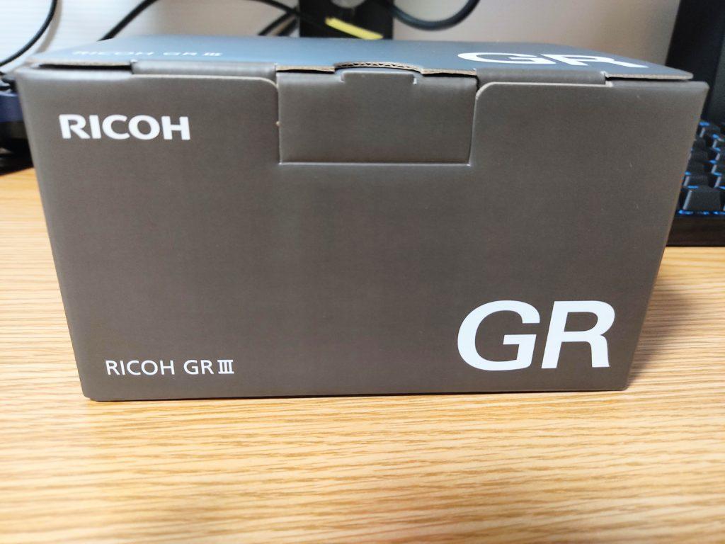 「RICOH GRⅢ」の化粧箱正面。