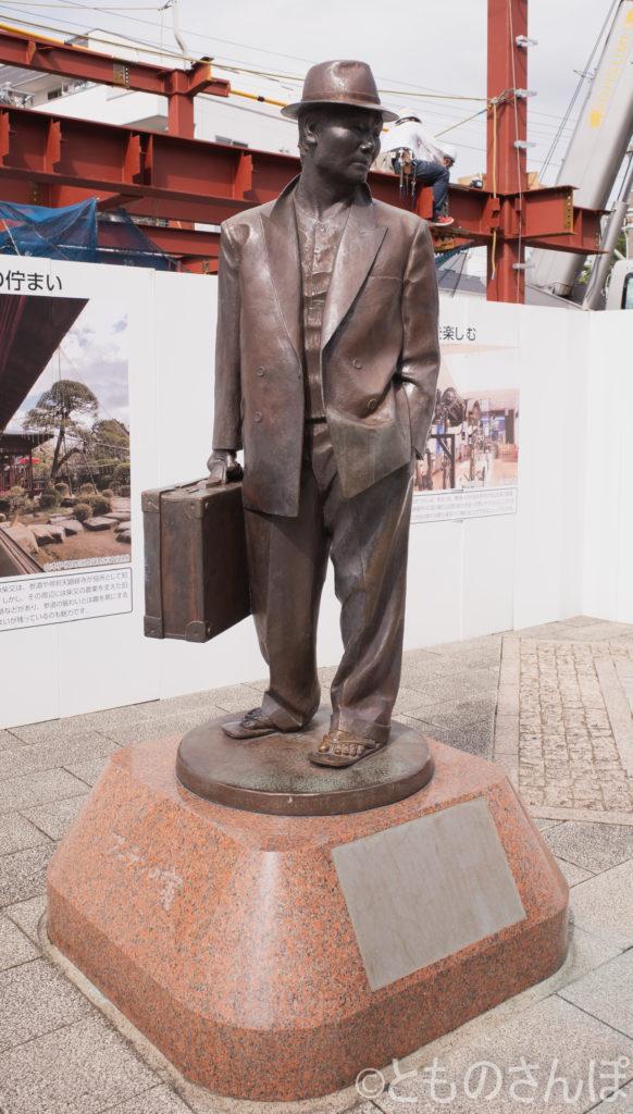 映画「男はつらいよ」の「フーテンの寅」の銅像。
