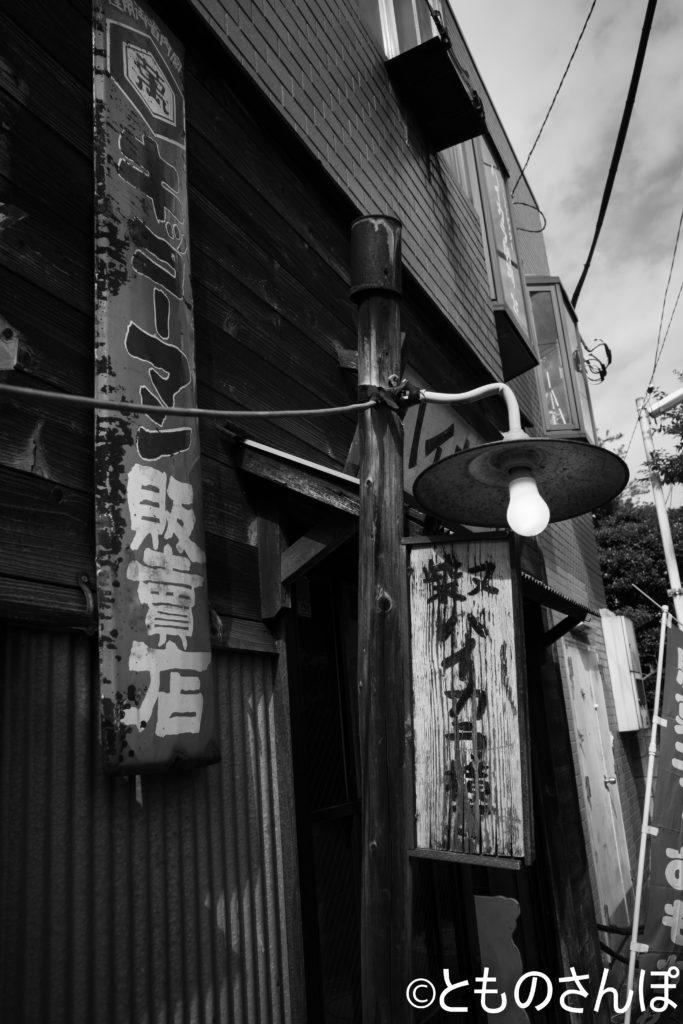 裸電球の街灯。