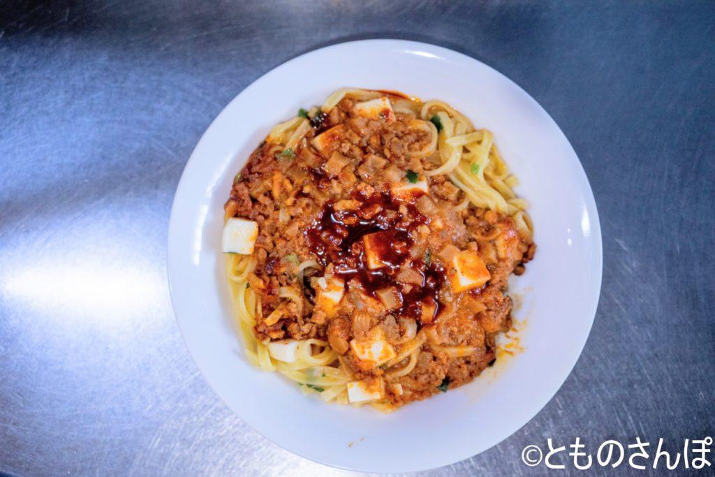 セブンプレミアム「蒙古タンメン中本 汁なし麻辛麺」を皿に移し、花椒入り辣油をかけた状態。
