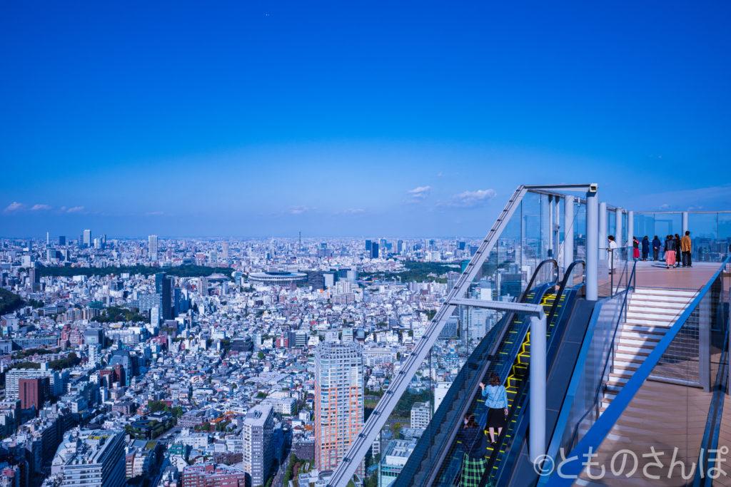 「渋谷スカイ(SIBUYA SKY)」の展望台へのエスカレーター。