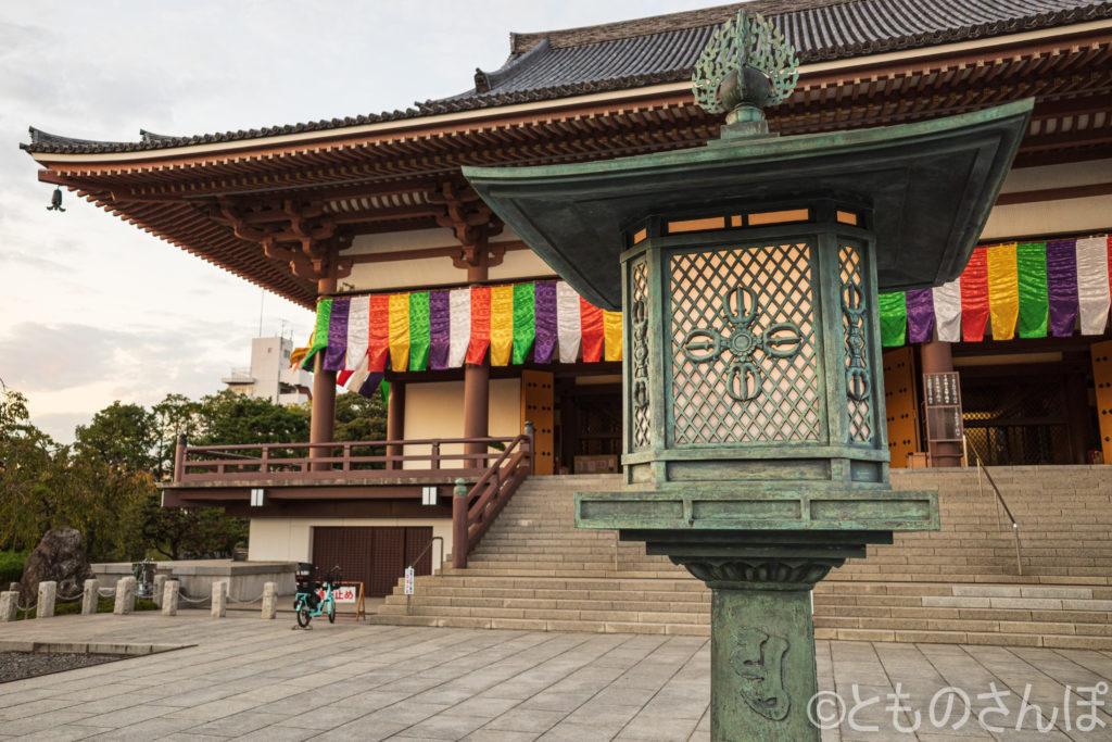 西新井大師大本堂と手前の燈籠。