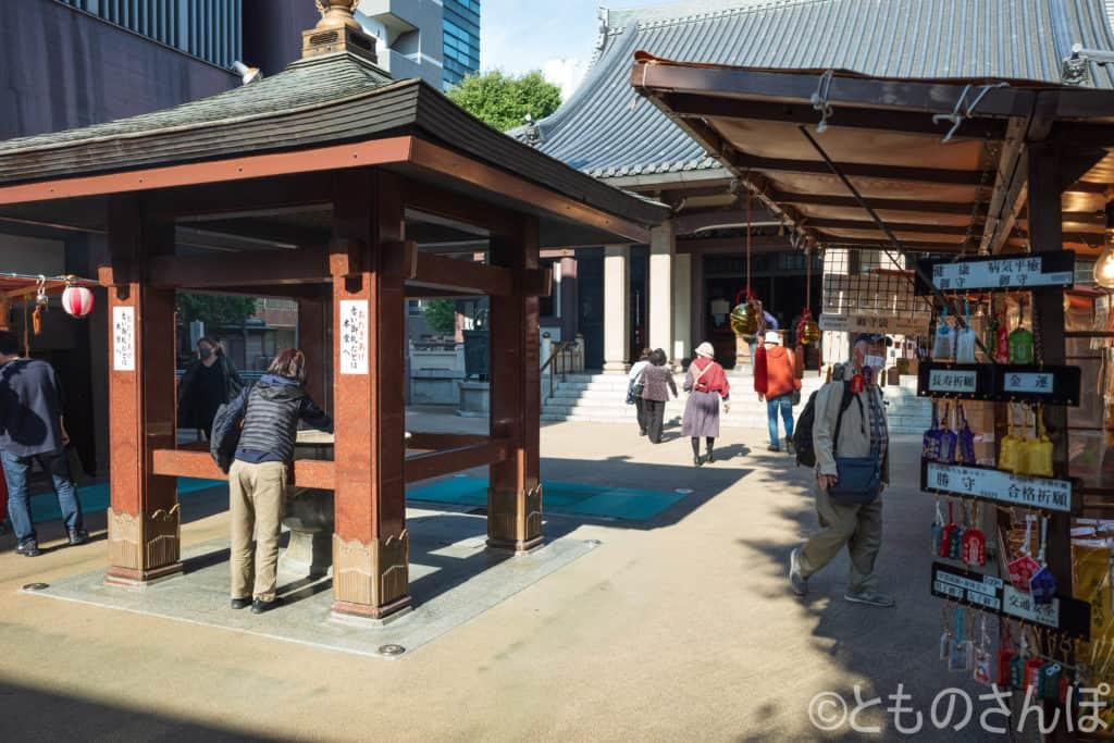 高岩寺の境内。