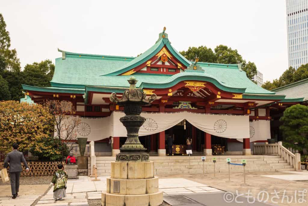 日枝神社本殿と、千代田区指定有形文化財の銅製燈籠。