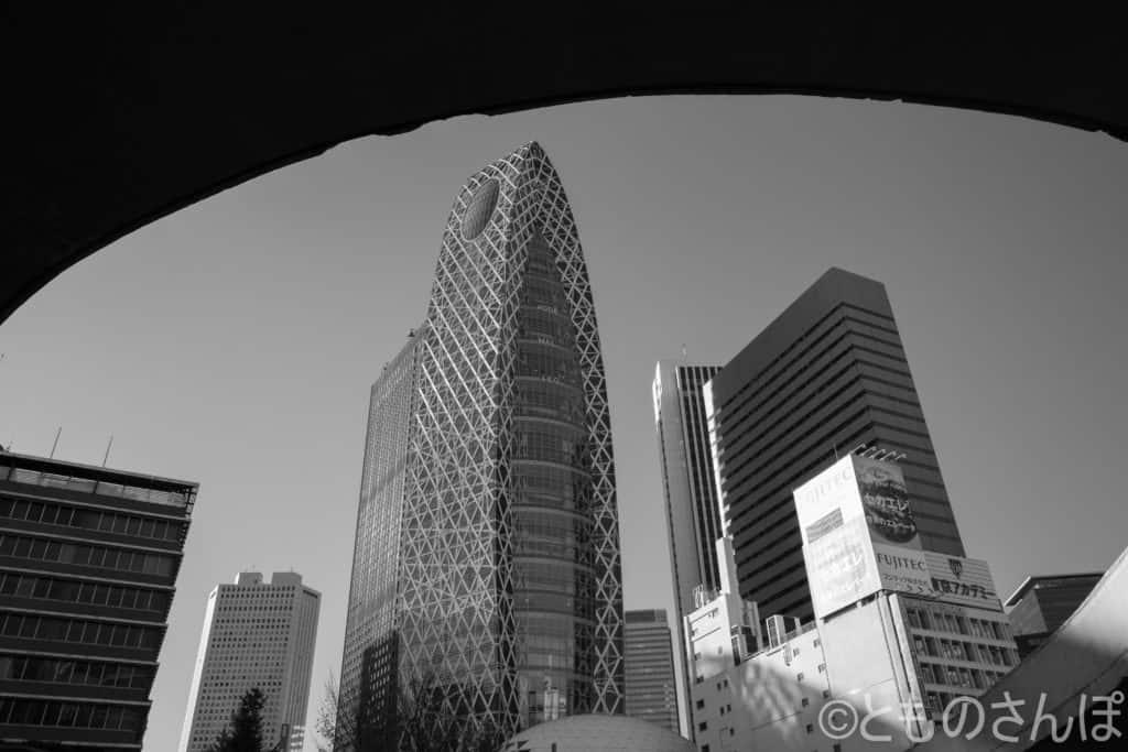新宿駅から見るモード学園コクーンタワー。
