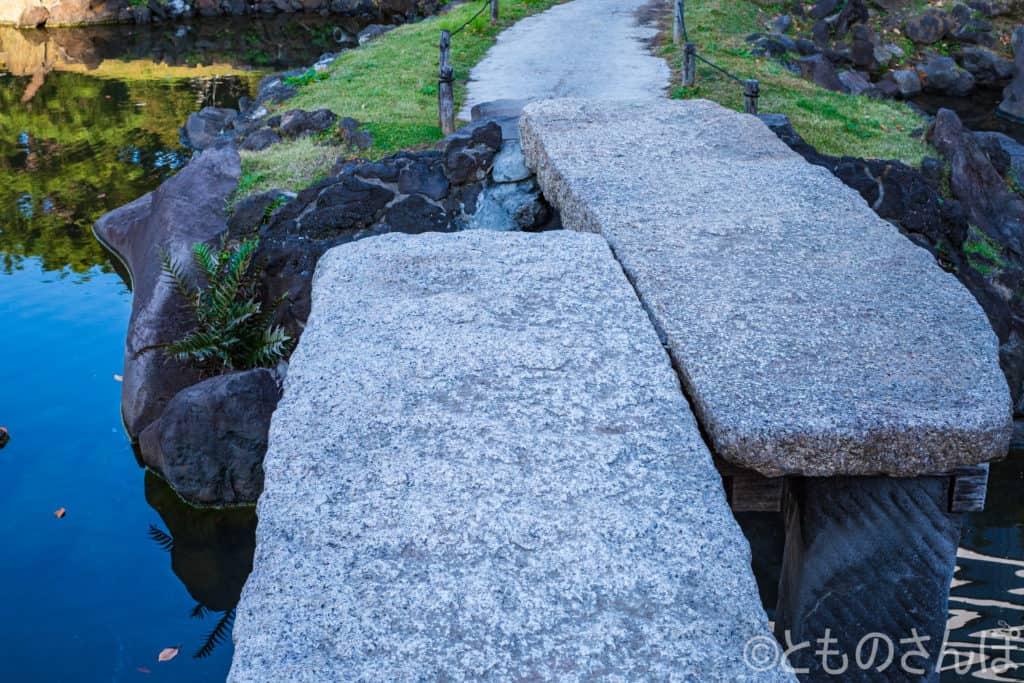 芝離宮恩賜庭園の立派な石を使った橋。