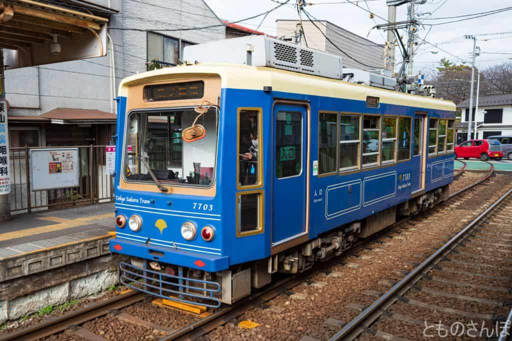 飛鳥山停留場付近の都電荒川線(東京さくらトラム)。