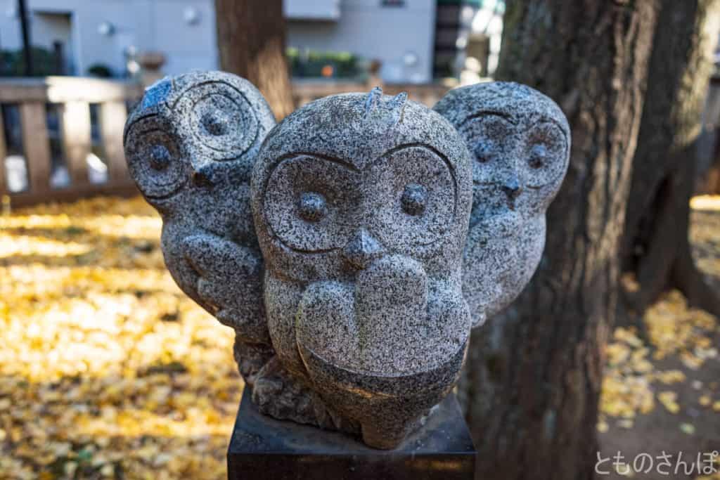 法明寺鬼子母神堂、境内のふくろうの石像。