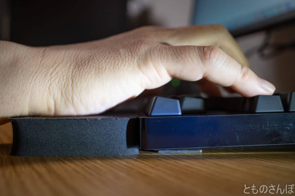 サンワサプライテンキーレスキーボード用リストレスト『LARGO PAD』の側面。実際に手を置いた写真。