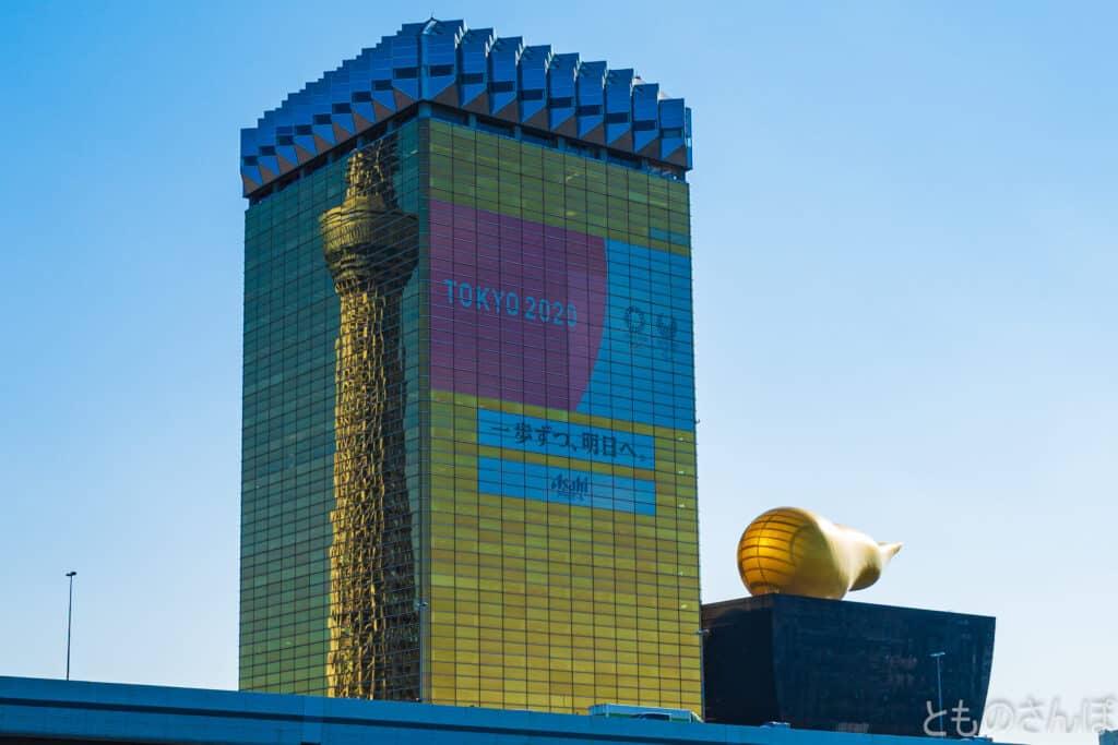 アサヒビール本社ビルに映る東京スカイツリー。