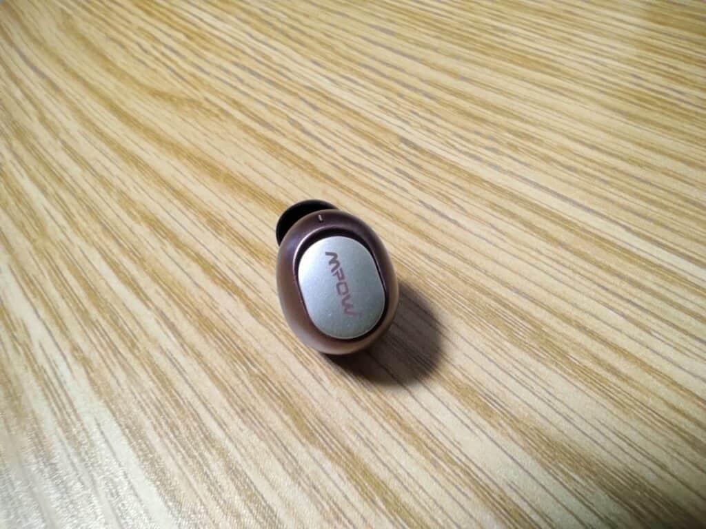 完全ワイヤレスイヤホン「MPOW M5 PLUS」本体左側物理ボタン。