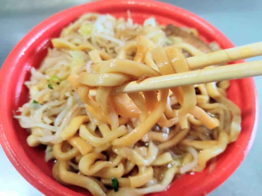 ファミリーマート「東京千里眼監修濃厚マシマシラーメン(ニンニク醤油)」の極太麺。