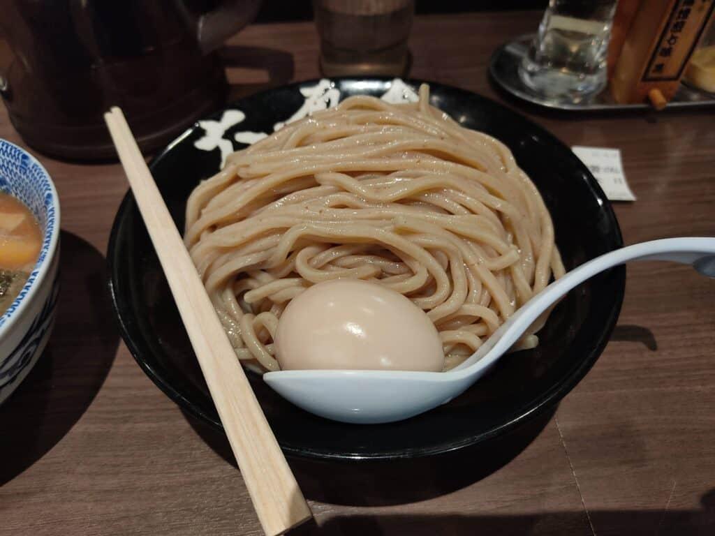 六厘舎特性つけ麺(大盛り)、麺と味付玉子。